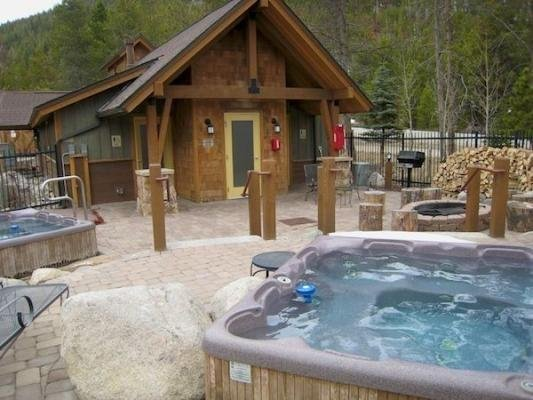 The Seasons Spa Area - All guests have access to the hot tubs and fire pit in the Seasons common area, 30 seconds from your door.