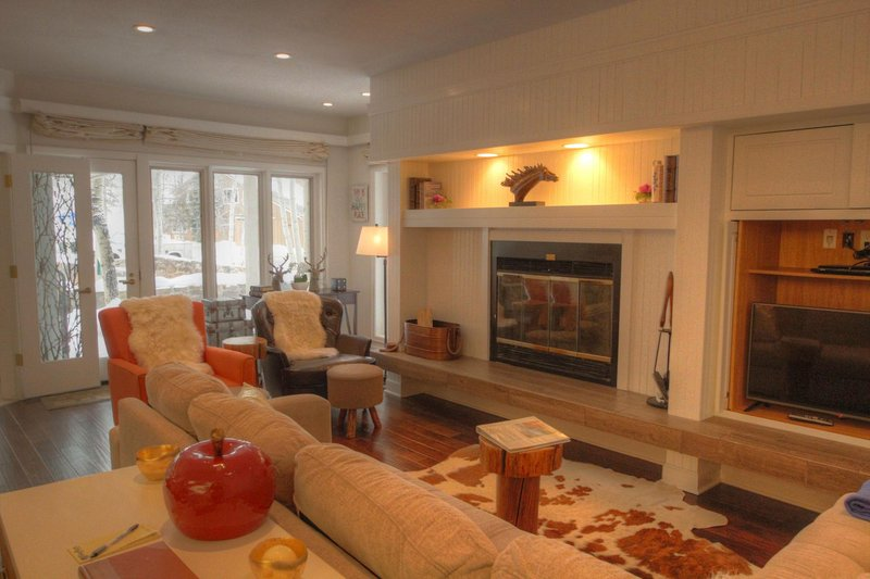 SkyRun Property - '2721 Chateaux DMont' - Living room