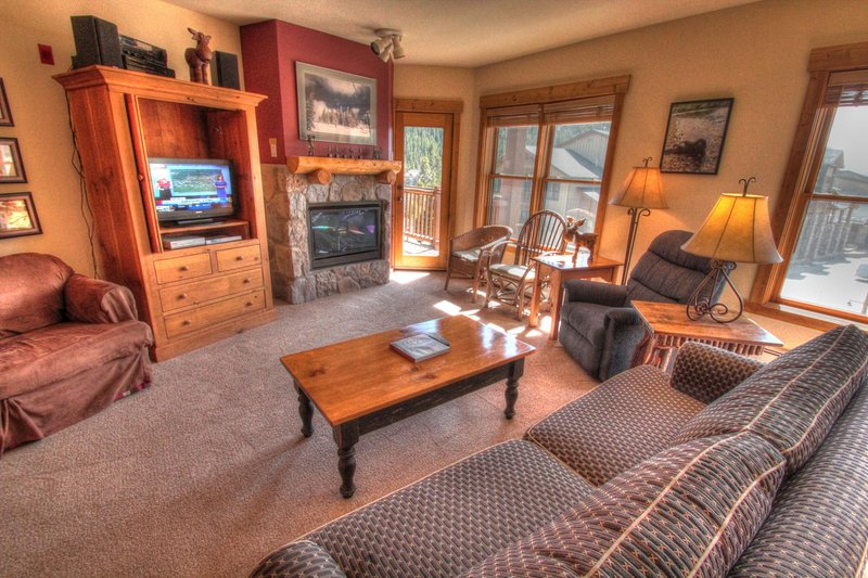 SkyRun Property - '2640 Tenderfoot Lodge' - Living Room - Relax in the living room in front of the gas fireplace, or watch a movie on the flat screen TV.