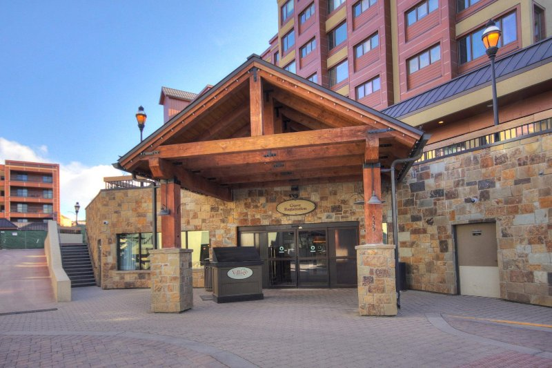 FREE SkyCard Activities - Downtown Studio, Ski-in/Out, Pool/Hot Tubs - Village, vacation rental in Breckenridge