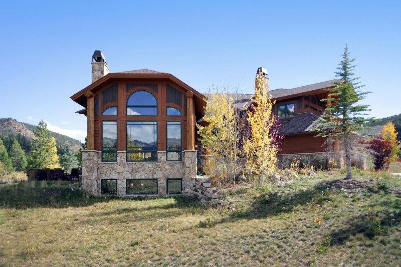 SkyRun Property - 'Buffalo Lodge' - Luxury home offers huge views in a mountain setting