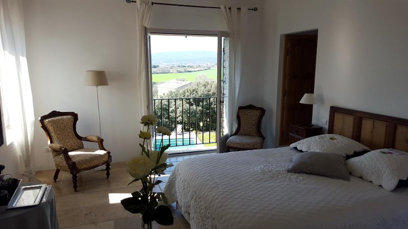 room Isabelle, Les Terrasses Gordes, BnB, WiFi, heated pool, a.c., aluguéis de temporada em Beaumettes