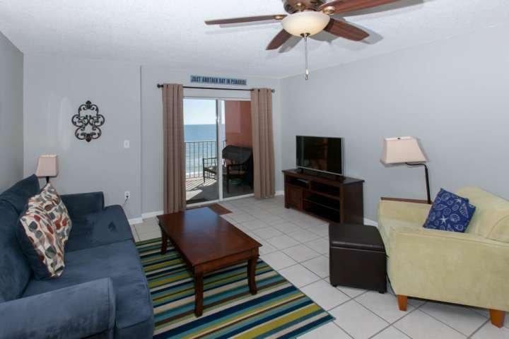 Wohnzimmer mit Blick auf Strand und Golf vom Balkon