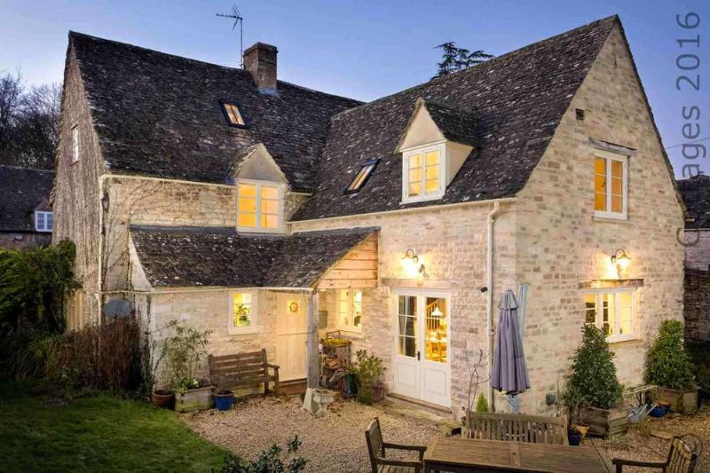 Welcome to Barnsley Cottage, a spacious and stylish holiday home in the Cotswolds