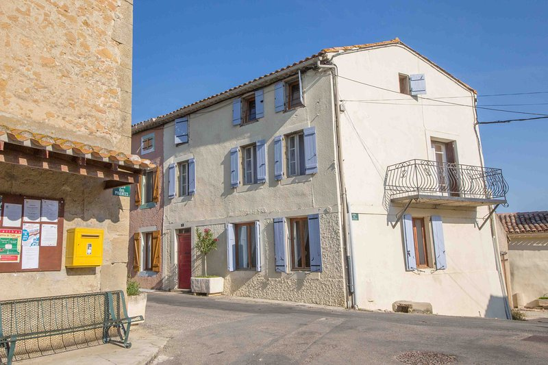 Maison Vigneronne - Beautiful Old Village Town House with 8m Heated Pool, location de vacances à Belveze-du-Razes