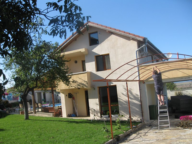 3 bedroom villa with pool in the village of Medovo approx 10 km from Sunny Beach, holiday rental in Gyulyovtsa