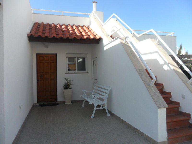 Villa Lucy - 2 Bedroom House on Private Estate with Swimming Pool & Tennis Court, alquiler de vacaciones en Ericeira