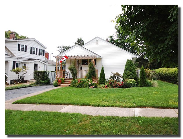 36 Nelles St. Your home from home in the heart of Niagara-On-The-Lake