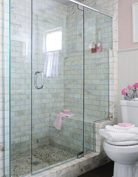 Todos os nossos 5 casas de banho em todas as moradias são a mesma coisa com chuveiro portas de vidro sem moldura