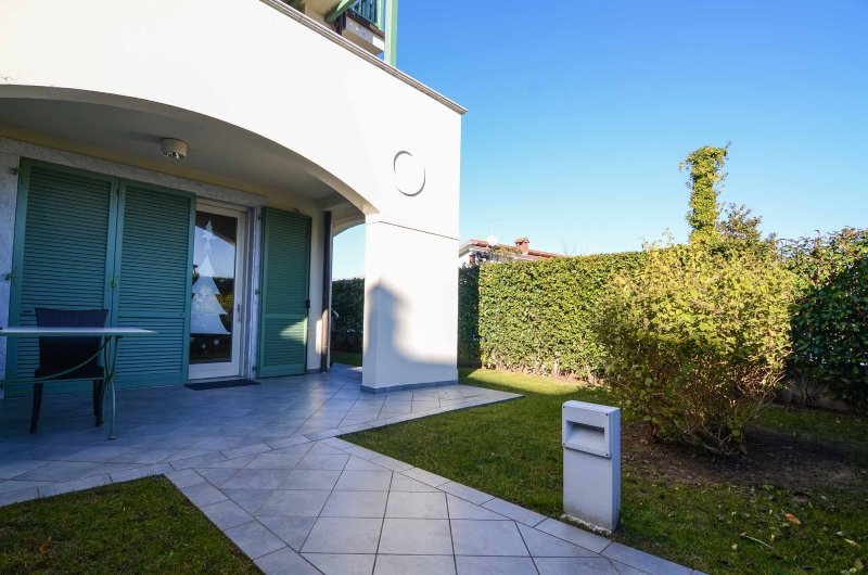 THREE ROOMS APARTMENT WITH PRIVATE GARDEN - Forte dei Marmi, vacation rental in Forte Dei Marmi