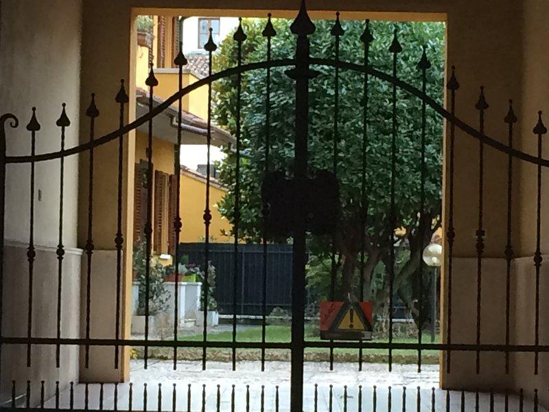 Ampia stanza in centro storico con tre letti, bagno privato e uso cucina, casa vacanza a San Benedetto Po