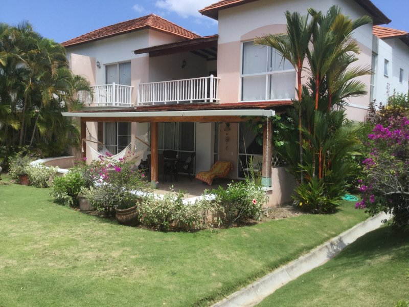 Beautiful townhome on the golf course with breath taking views. Walk to th beach, aluguéis de temporada em El Farallon del Chiru