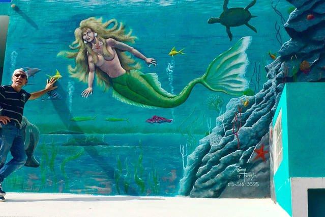 Danny Torres et sa peinture murale pour mur avant de Villa Turquesa.