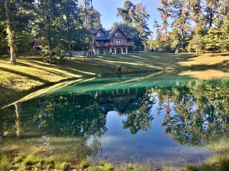 Secluded lodge with private fishing pond, holiday rental in Butler County