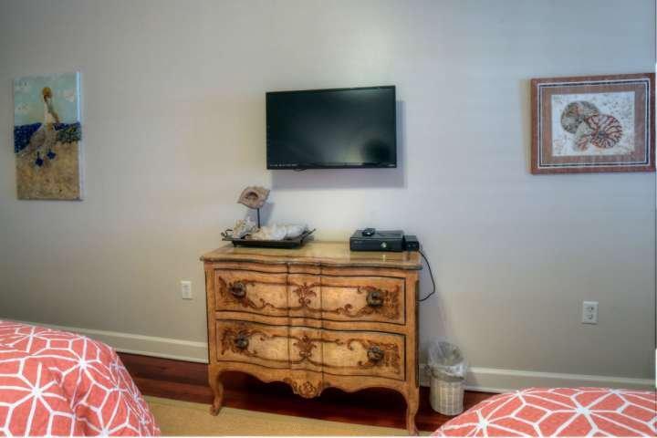 Guest Bedroom #2 with Flatscreen