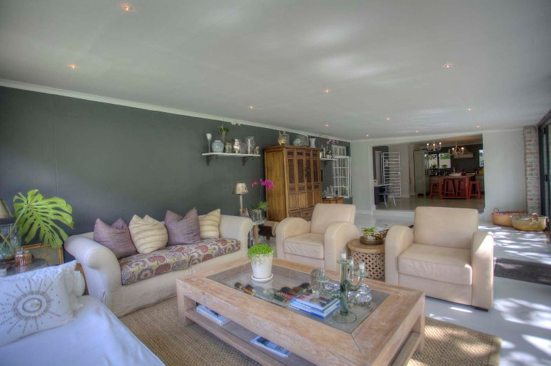 Bright & Sunny Constantia Home perfect for entertaining and relaxing, location de vacances à Wynberg