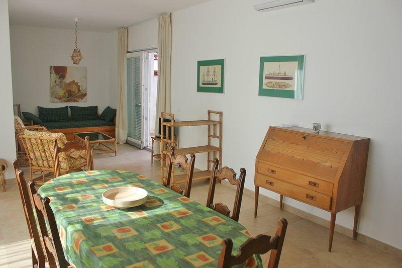 Große helle Wohnzimmer, bequeme Esstisch für bis zu 8 Personen