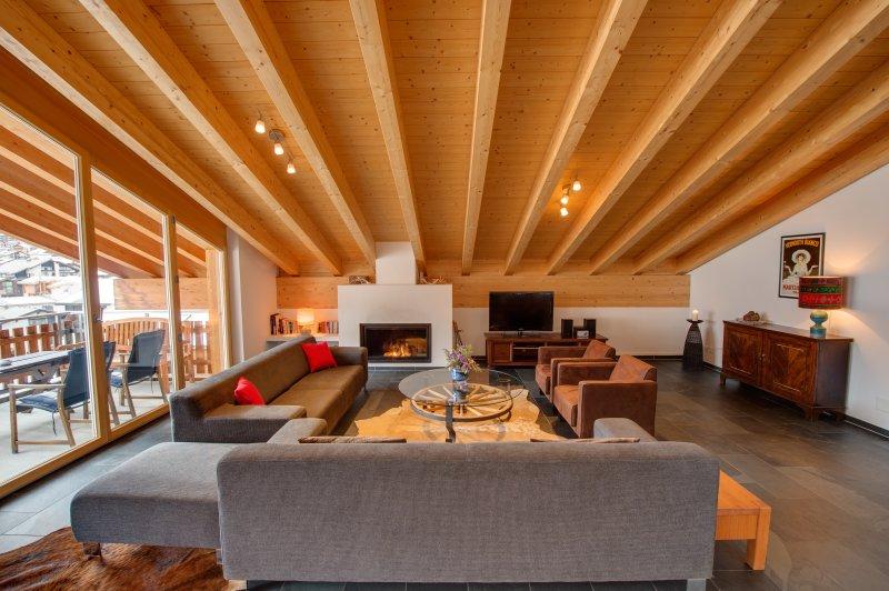 La doppia altezza nel soggiorno fornisce il lusso di spaziosità.