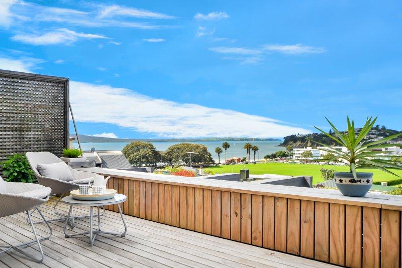 Terrasse et vue sur St Hélier Beachside condo