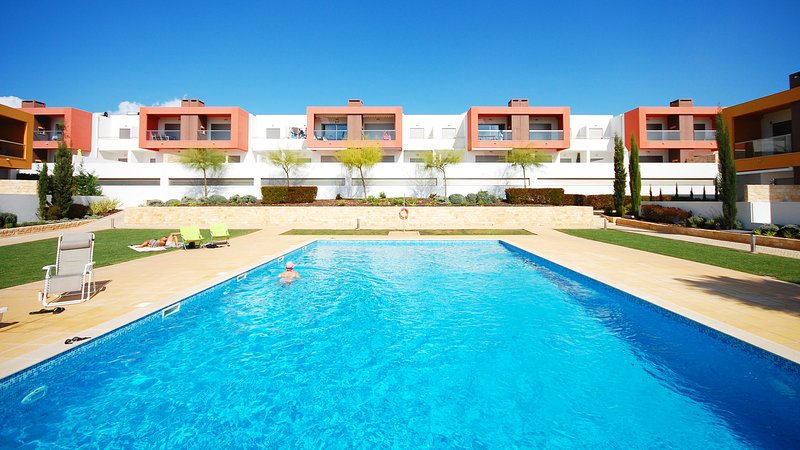 UP TO 32% OFF! VITISMAR BF Modern apt complex w/ 3 pools ,garden, AC, WiFi, aluguéis de temporada em Guia