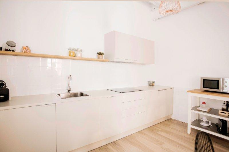 Cuisine équipée vitro, réfrigérateur, micro-ondes-grill, lave-vaisselle, lave-linge, nécessaire à repasser, pour 4 personnes