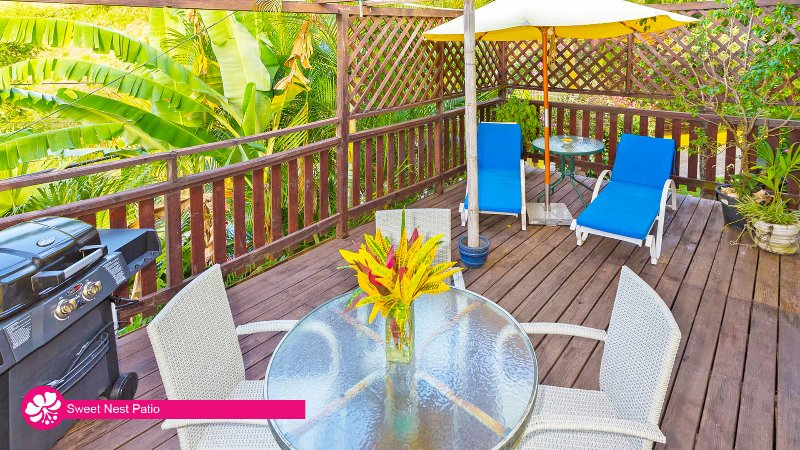 Hibiscus Heights - Sweet Nest Cottage, with private deck, holiday rental in Black Rock