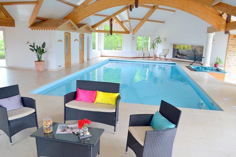Villa avec piscine couverte privée, sauna, hammam et spa privée, holiday rental in Ambrieres-les-Vallees