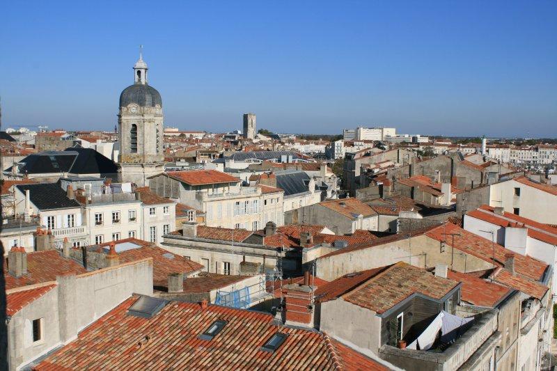 Sobre os telhados de bela La Rochelle. Se você chegar de avião é isso que você vai ver!