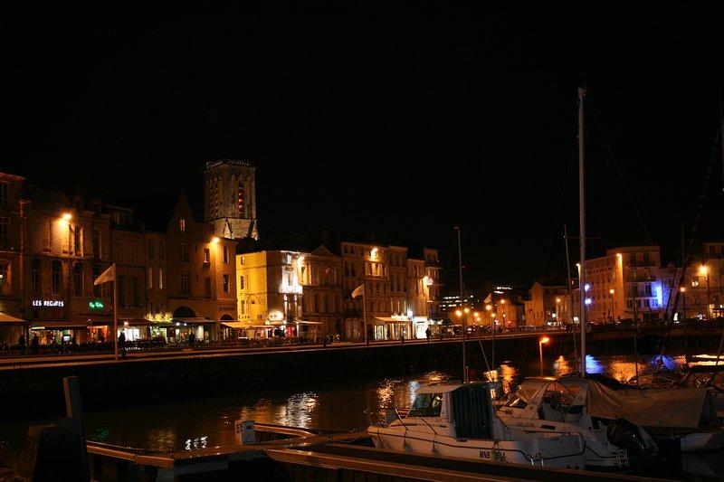 À noite, o porto impressionante de La Rochelle, cerca de 25-30 minutos agradável caminhada da casa.