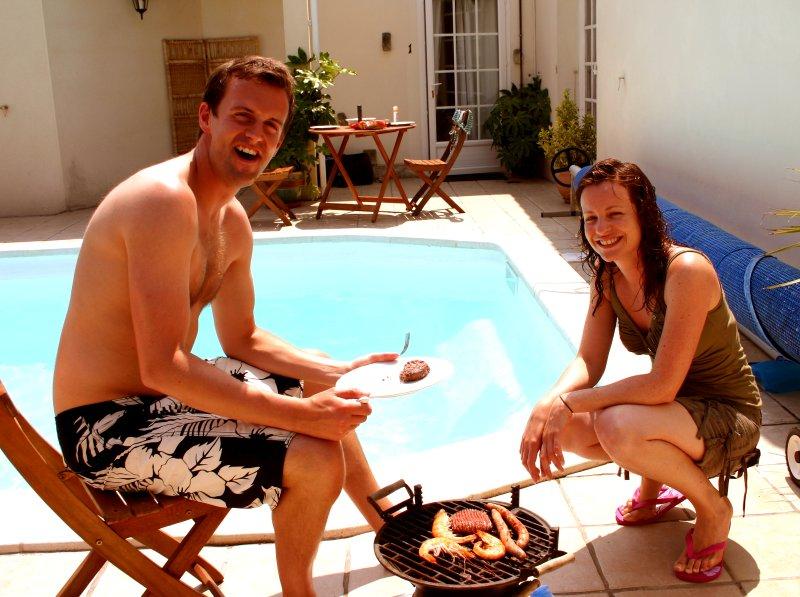Os clientes anteriores Andrew e Zoe desfrutar de um churrasco à beira da piscina!