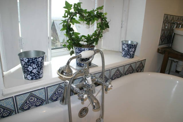 stunning romantic roll top bath ,