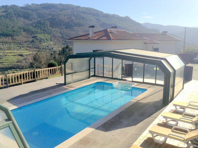 Zwembad gebied in de zomer geopend vóór de renovatie, nu os net als de vorige fotos