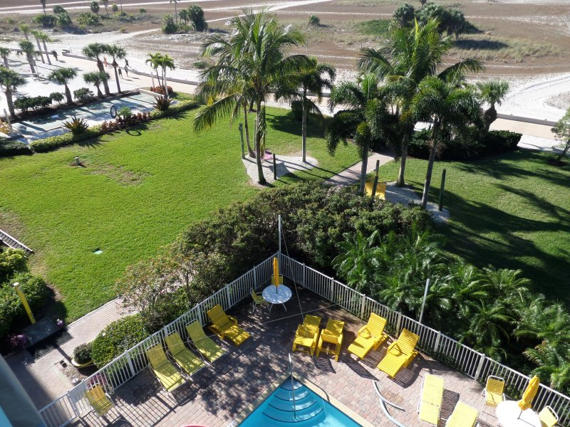 Otra vista desde nuestro balcón sobre nuestras instalaciones, incluyendo la piscina, jardines, juego de tejo.