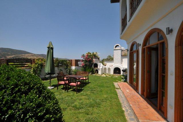 Las puertas del salón al jardín y piscina