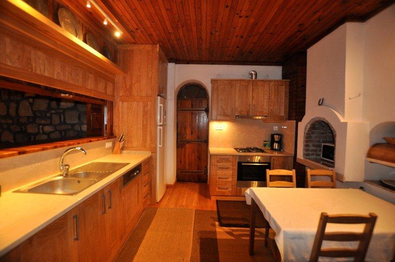 Se necesita cocina totalmente equipada con todo lo que para una estancia muy cómoda