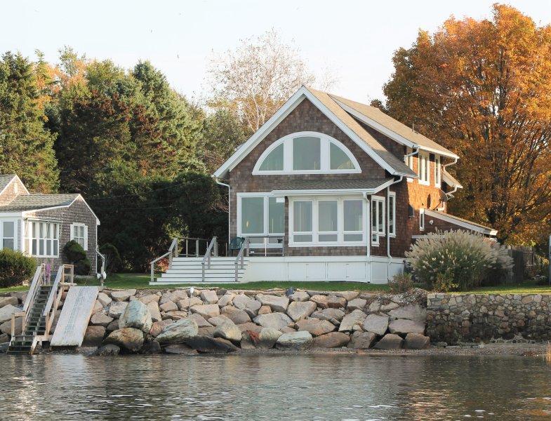 Wake up to a stunning view of Narragansett Bay, bridge, & lighthouse, location de vacances à Warren