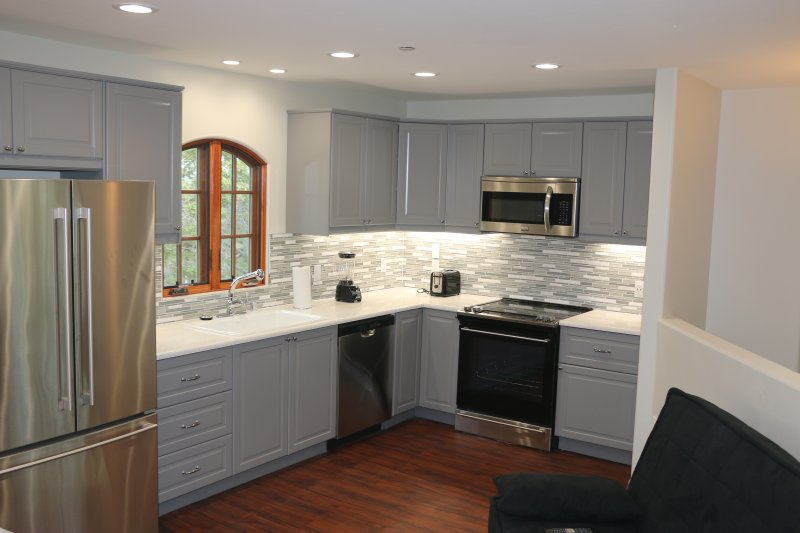 The full sized kitchen with all the amenities for a gourmet meal or a frozen pizza