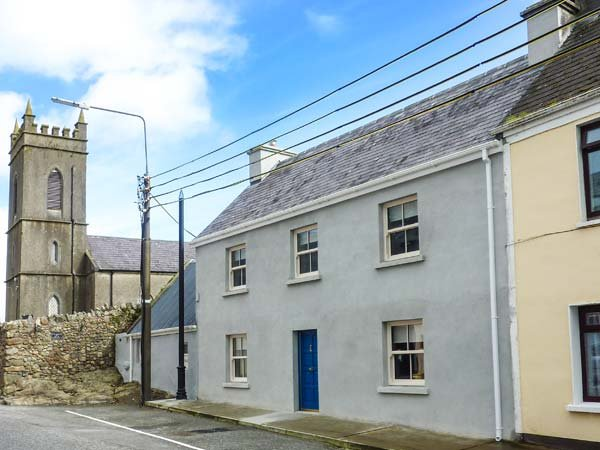 OLD LEONARD HOUSE, charming townhouse, woodburning stove, comfortable, holiday rental in Swinford