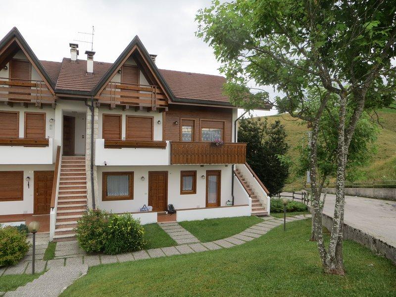 Confortevole appartamento 2 stanze da letto, posizione dominante sull'altopiano, holiday rental in Bertigo