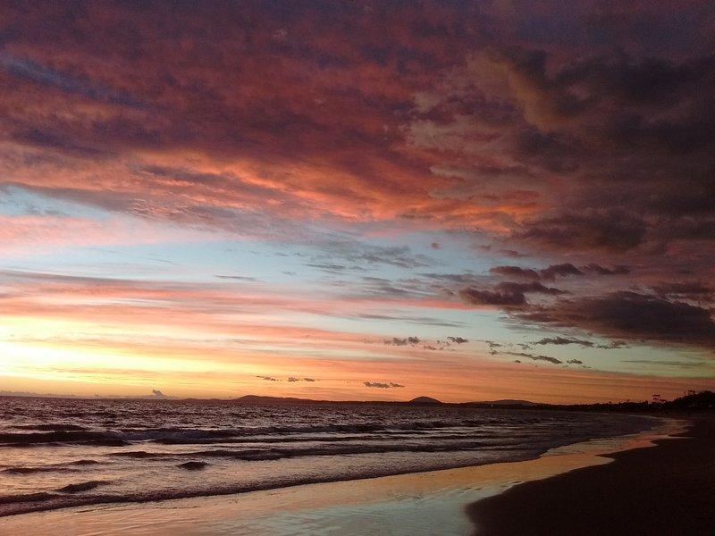 Sonnenuntergang nach einem Sturm am Strand von Solanas