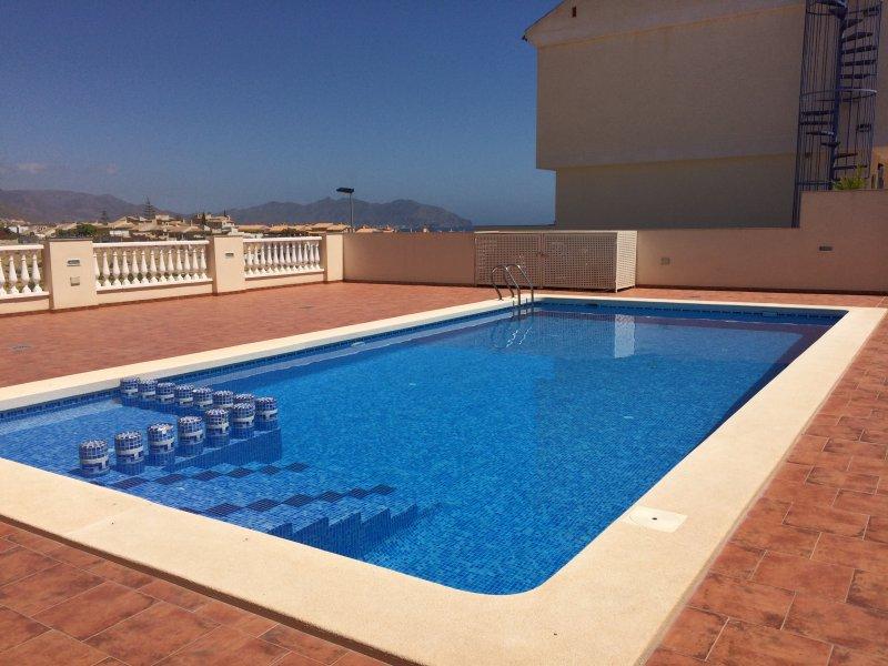 Sun trempé piscine commune avec une vue