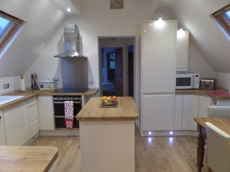 Cocina totalmente equipada con microondas, nevera-congelador, lavadora, horno y vitrocerámica, lavavajillas.