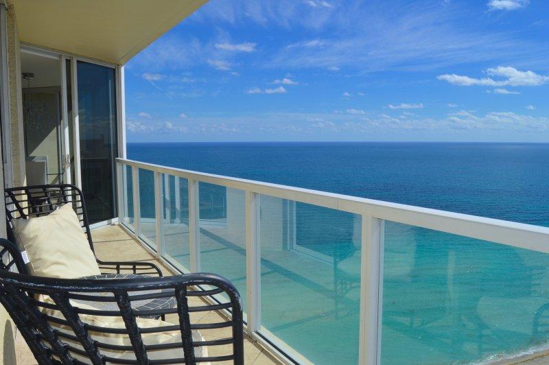 Een prachtig uitzicht op de oceaan - in hoekopstelling - wraparound balkon.