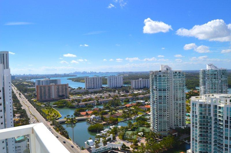 Uitzicht op de weg naar het centrum van Miami. 'S Nachts is het nog beter!