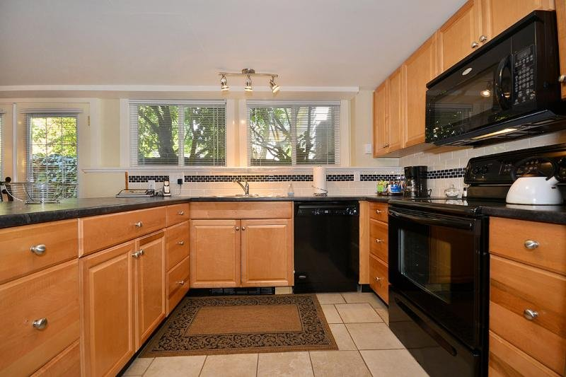 Full and modern kitchen