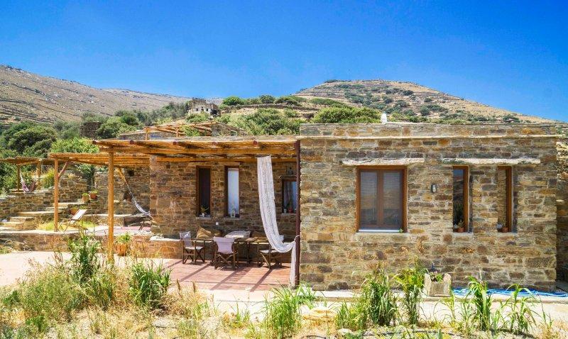 Le grand front de maison en pierre