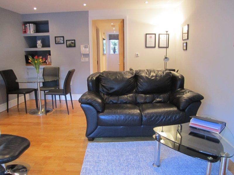 Bien distribuida y espaciosa sala de estar con cómodos asientos.