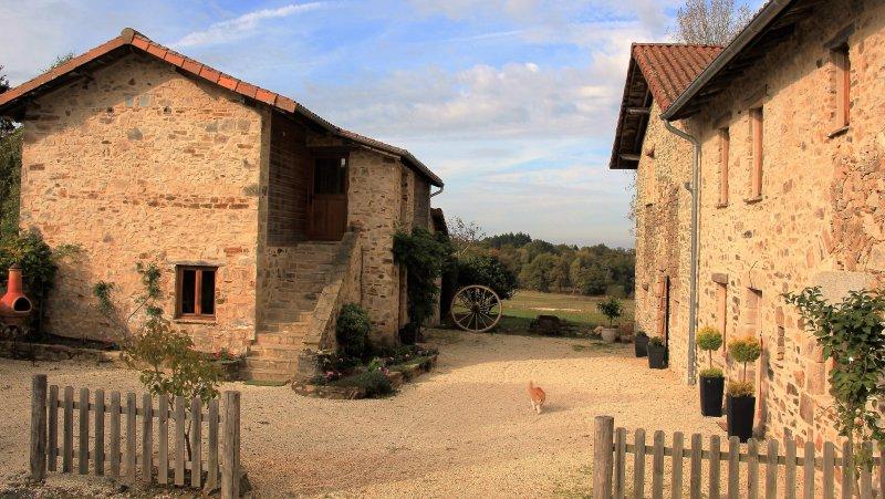 L'ingresso ai tre alloggi, situato in una splendida posizione rurale, godere della pace e tranquillità