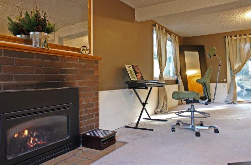 La suite de maître en bas dispose d'une cheminée à gaz pour plus de confort et un piano numérique