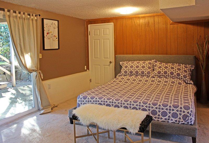 suite parentale bas dispose d'un lit king-size et d'une salle de bain privée avec baignoire / douche